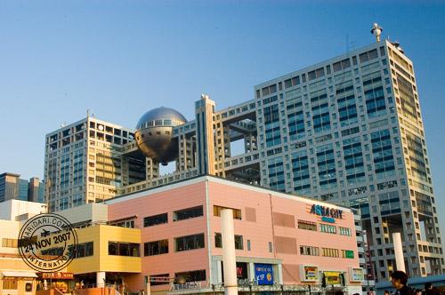 Aquacity in front of Fuji Television Studios